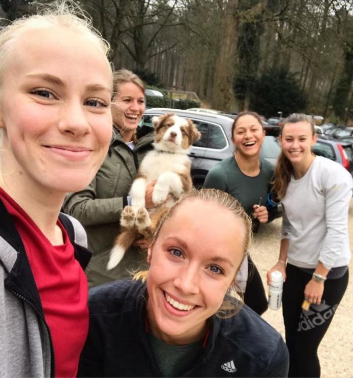 Marije van Hunenstijn, Dafne Schippers met hond Mexx, Eva Hovenkamp, Naomi Sedney en Nadine Visser.