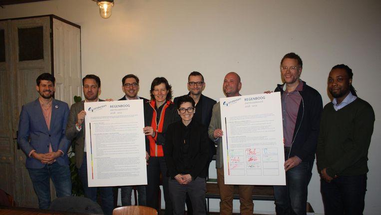 D66, PvdA, VVD, SP, Groenlinks, CDA, de Piratenpartij en Amsterdam BIJ1 ondertekenden het regenboog stembusakkoord. Beeld COC Amsterdam