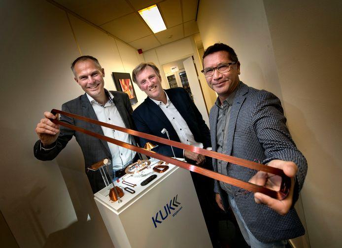 Het verkoopteam van Wijdeven met René van den Heuvel (l) en naast hem Peter Elsäcker en Paul Pruss. In hun hand een speciaal gevormde spoel.