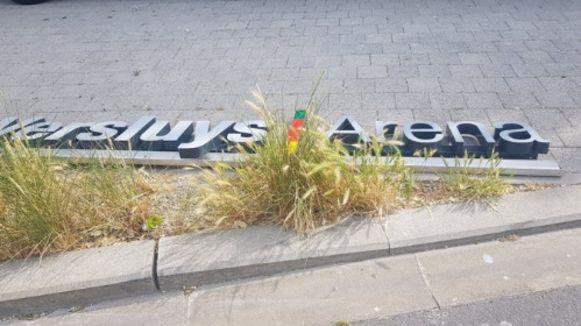 De letters van de Versluys Arena zijn van de hoofdtribune verwijderd.