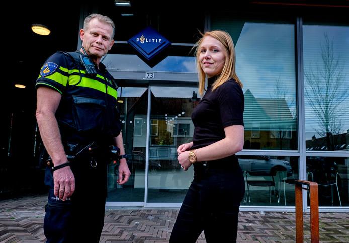 Halt-medewerker Hester Havelaar werkt vanuit het politiebureau in Zwijndrecht en ontvangt daar normaliter de jongeren en hun ouders. De gesprekken verlopen door het virus nu via beeldcommunicatie zoals Skype. Links wijkagent Rob Vollaard.