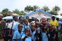 Sander de Kramer met schoolkinderen voor het net geopende Robin van Persie-gebouw in Sierra Leone.