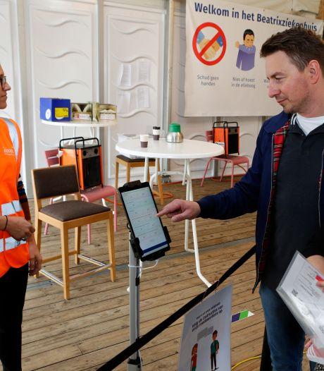 Het wordt steeds drukker in het Beatrixziekenhuis, digitale coronascreening moet rijen voorkomen
