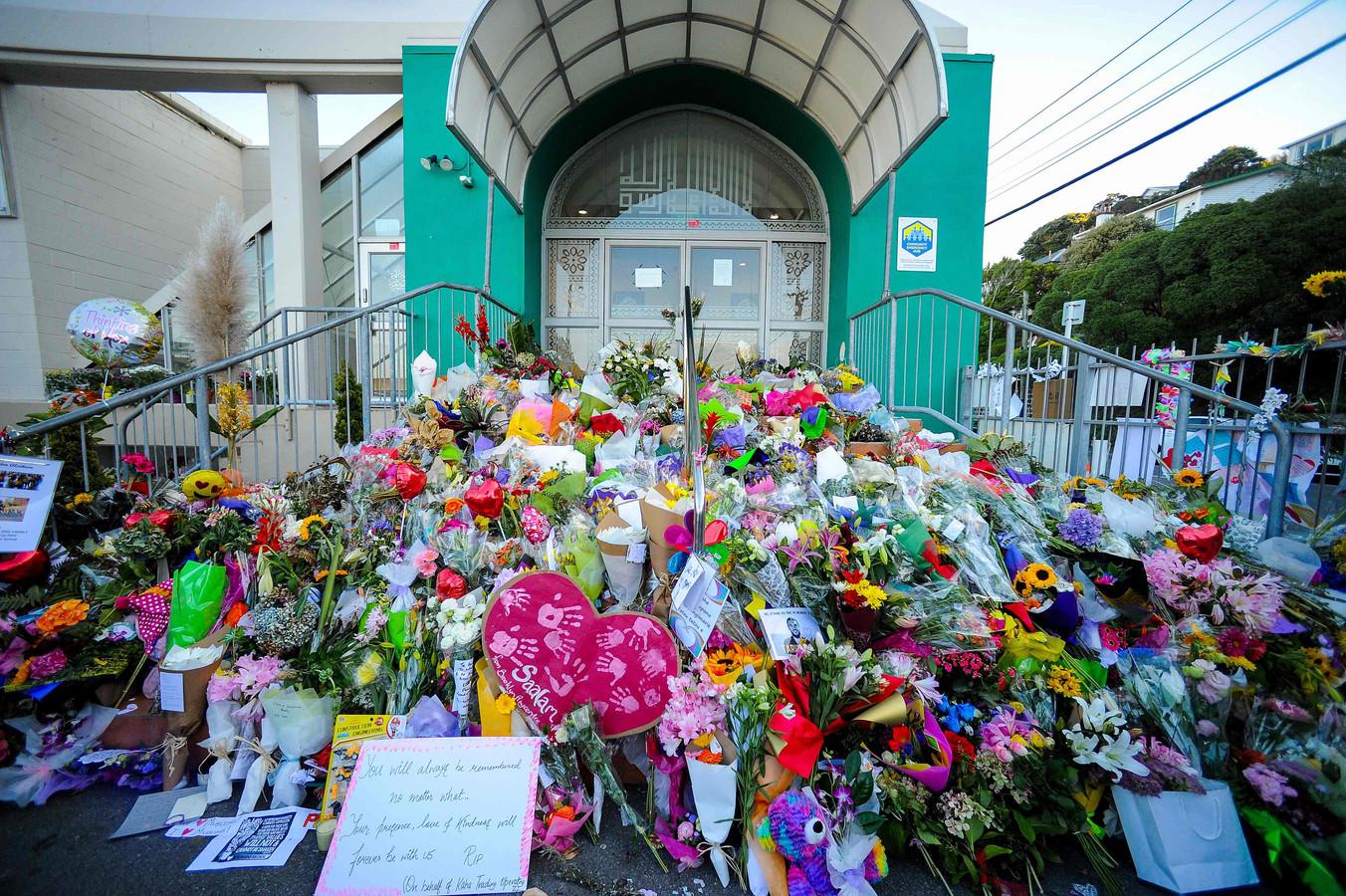 Bloemen voor de slachtoffers van de aanslag in Nieuw-Zeeland.