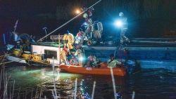 Binnenschip op de Schelde dreigt te zinken nadat het brugpijler raakt, hulpdiensten massaal aan het pompen