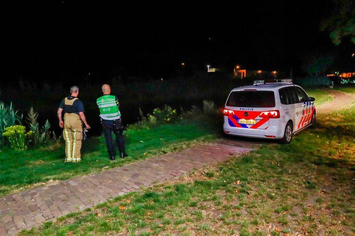 Politie en brandweer zoeken naar vermiste man in gracht en vijver aan de burgemeester Roefslaan in Deurne.