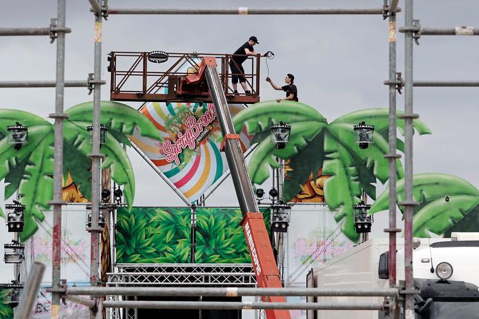 Achter zalencentrum De Merx in Berghem wordt druk gewerkt aan de opbouw van het Springbreak Festival.