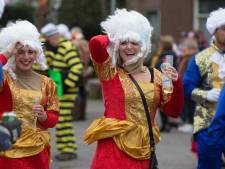 Even de pruik vasthouden; carnavalisten slaan zich in Zeddam door storm Dennis heen