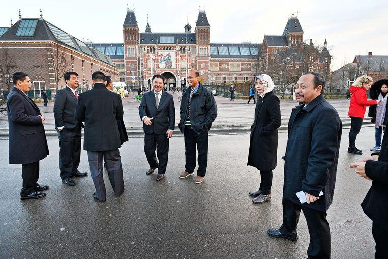 Toeristen uit Indonesië arriveren maandag op het Museumplein en ontdekken dat de letters 'I amsterdam' zijn weggehaald.  Beeld Guus Dubbelman / de Volkskrant