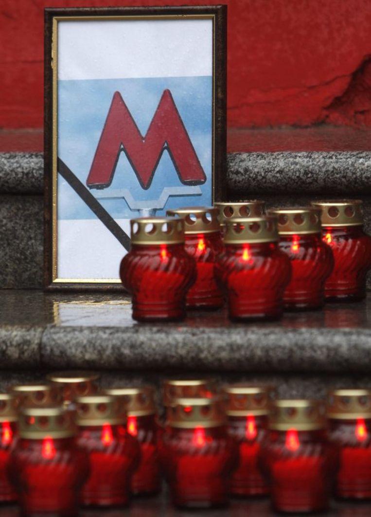 Kaarsjes voor de slachtoffers van de aanslagen de metro van Moskou. Foto EPA Beeld