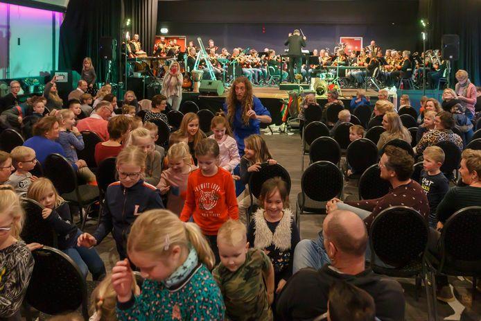 Tijl Damen zet de zaal op stelten in de muzikale kindervoorstelling met Vollenhoofsch Fanfare.