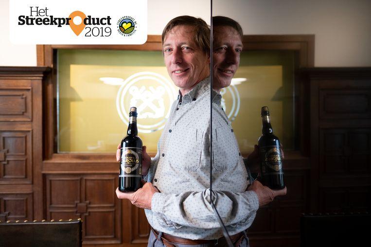 Charles Leclef van brouwerij Het Anker met een fles Gouden Carolus Classic.