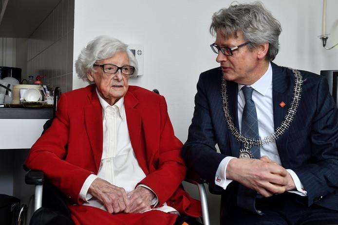 De burgemeester kwam Mevr. Werther-Bouwmeester feliciteren met haar 105de verjaardag.