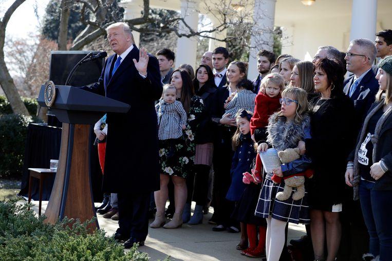 Trump werd tijdens zijn toespraak vergezeld door een groep vrouwen met baby's en kinderen.