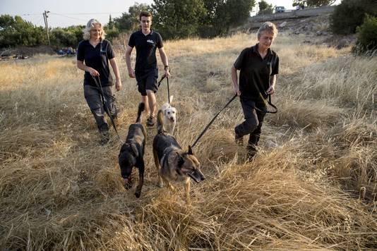 De Nederlandse speurhonden in Turkije, waar ze op zoek gaan naar de vermiste Joey uit Haaksbergen.