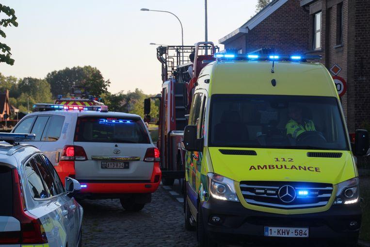 Langs de Oudenaardsesteenweg werd zondagavond een zieke uit een flat gehaald.