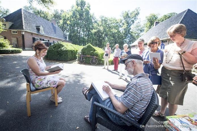 """Marius van Dokkum schetst het gezicht van Elisabeth Wijnterp (links). """"Je hoeft niet stil te zitten, hoor."""""""