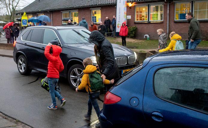 Chaos bij de Beatrixschool in Ermelo. 's Morgens bij het brengen en 's middags bij het halen loopt al het verkeer in een trechter.