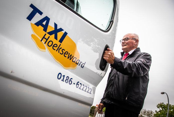 Een chauffeur van Taxibedrijf Hoeksche Waard stapt in z'n bus. Zijn werkgever krijgt hulp om het Lokaal Vervoer overeind te houden.