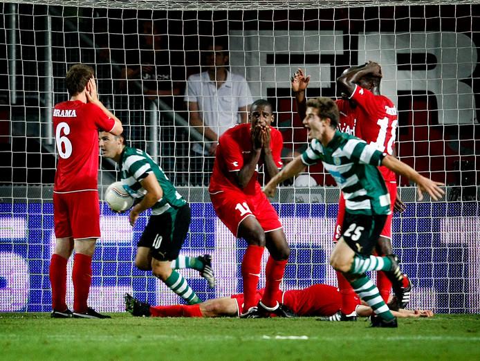 Verslagenheid bij Twente na het eigen doelpunt van Peter Wisgerhof, waardoor de groepsfase van de Champions League wordt misgelopen.