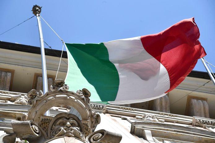 De Italiaanse vlag bij een gebouw in Genoa.
