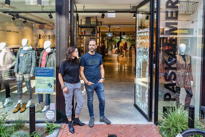Bas en Judith Beenakkers balen, er is voor de tweede keer in korte tijd ingebroken bij hun kledingzaak De Paskaemer aan de Kerkstraat.