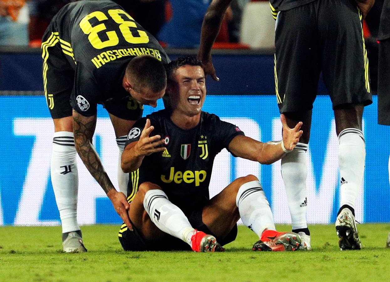 Cristiano Ronaldo begrijpt niets van de rode kaart in Valencia.