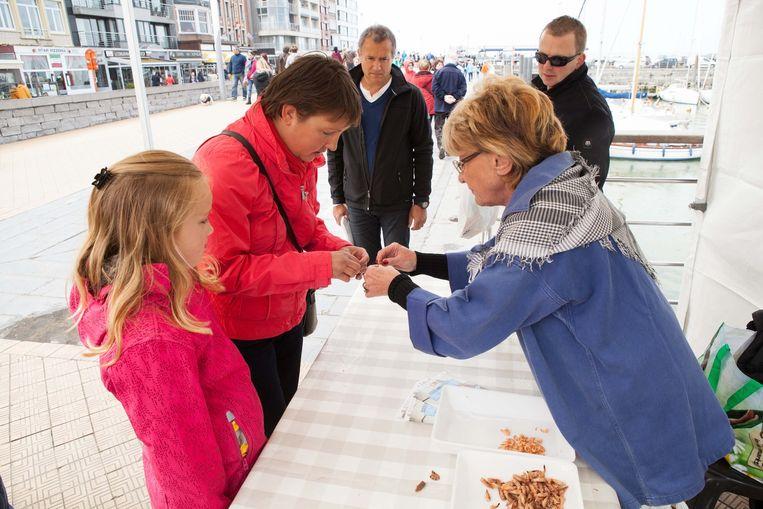 Claudine Van Acker (recht) toont tijdens 'Sailors don't Cry' hoe je garnalen moet pellen.