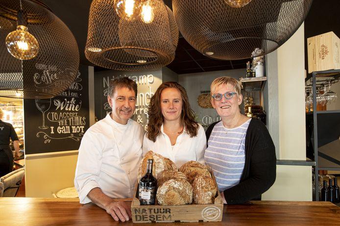 """Martin en Ingrid Nijkamp met dochter Renske in de zaak. """"Brood is een ambachtelijk product dat altijd goed moet zijn."""""""