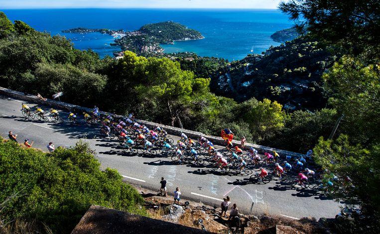 Team Jumbo-Visma leidt en controleert op de laatste klim van de tweede etappe. Op de achtergrond Nice. Beeld Klaas Jan van der Weij