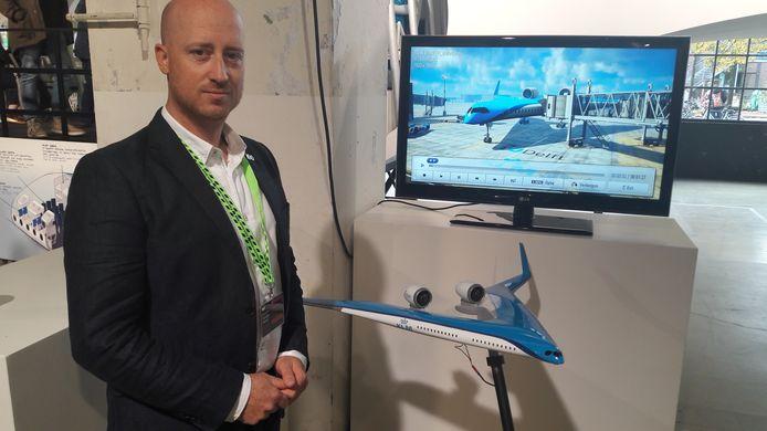 Matthijs Netten toont een model van de 'vliegende V', een revolutionair nieuw type vliegtuig.