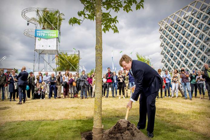 Koning Willem-Alexander bij het planten van zijn boom.