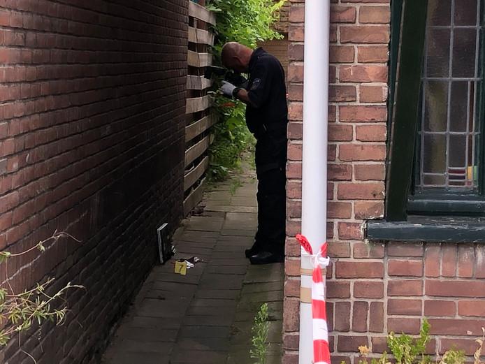 De politie nam een laptop mee die is gevonden in een pad tussen woningen aan de Vonderstraat, vlakbij de plek waar het vermoedelijke steekincident plaatsvond