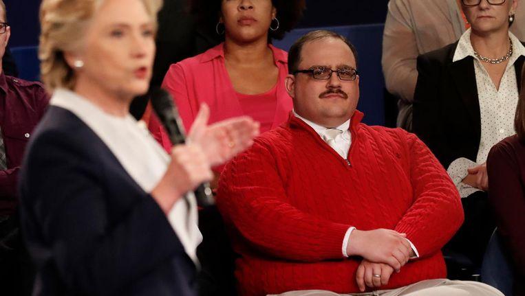 Kenneth Bone luistert naar Clinton tijdens het debat Beeld ap