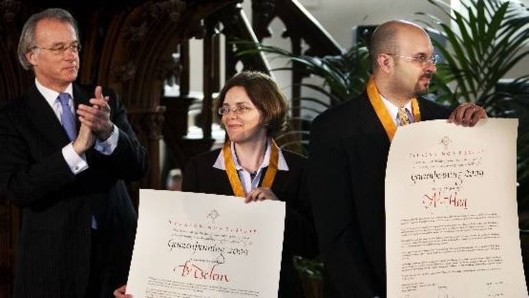 Uitreiking van de Geuzenpening 2009 vrijdag in Vlaardingen door Jozias van Aartsen (L) aan Jessica Montell (M) namens de Israelische B'Tselem en Wesam Achmad (R) namens de Palestijnse mensenrechtenorganisatie Al-Haq. (ANP) Beeld