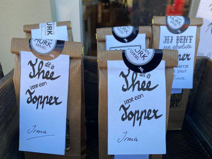 De zakje met verse theemelange die bezoekers kunnen ophalen bij kookwinkel Van den Hurk om als bedankje te geven aan zorgmedewerkers.