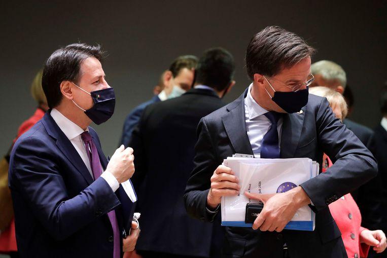 De Italiaanse premier Conte en Mark Rutte tijdens de EU-top in Brussel. Beeld AFP
