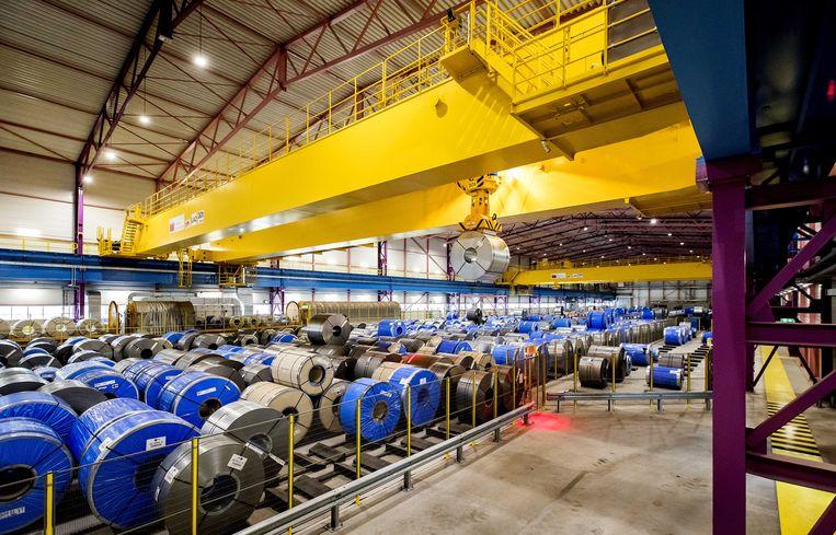 De opslaghal voor rollen staal op de site van staalproducent Tata Steel. Beeld ANP
