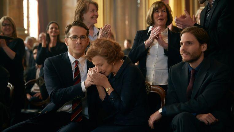 Helen Mirren en Ryan Reynolds in Woman in Gold. Beeld .