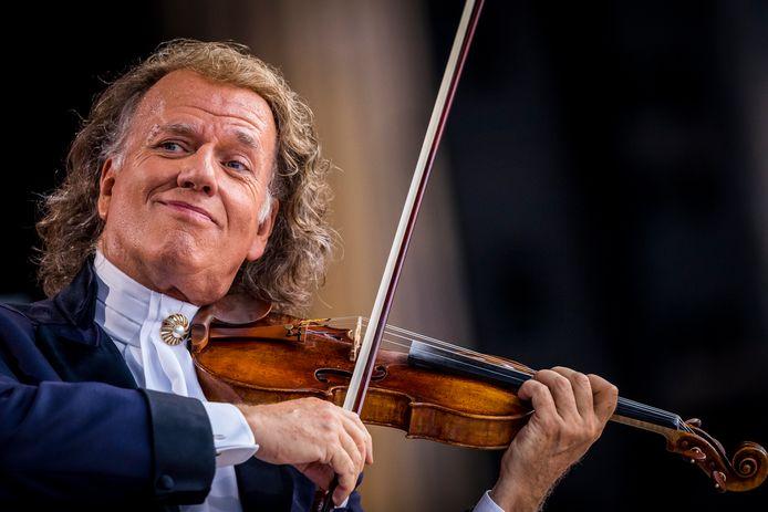 Violist en concertleider André Rieu op het podium tijdens zijn eerste concert van de concertreeks met het Johan Strauss Orkest op het Vrijthof.