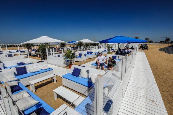 Strandbars, hier in Oostende, moeten volgens het ministerieel besluit én volgens waarnemend gouverneur Anne Martens werken met tafelbediening. Raamverkoop is verboden.