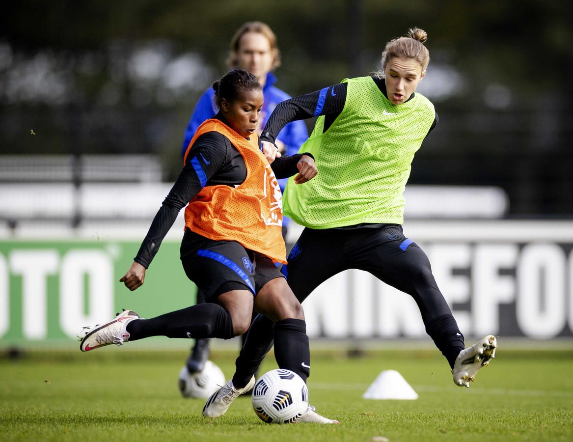 Oranje-aanvalsters Lineth Beerensteyn en Vivianne Miedema op de training in Zeist deze week. Vanavond wacht de EK-kwalificatiewedstrijd tegen Estland in Groningen.
