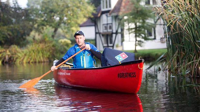 De kano waarmee pizza's geleverd worden in Maidstone.