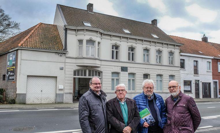 Luc Soens , Noël Maes , Johan Roelstraete en Jan Moreels bij het geboortehuis van Streuvels, in de Kortrijksestraat.