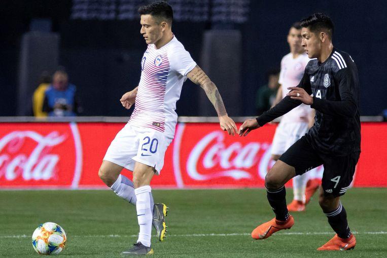 Edson Alvarez (rechts) in actie tegen de Chileen Charles Aranguiz tijdens een vriendschappelijke wedstrijd met het Mexicaanse elftal. Beeld BSR Agency