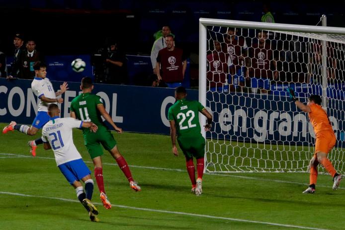 Philippe Coutinho kopt de tweede goal voor Brazilië binnen.