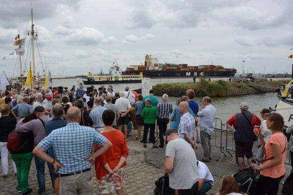 Tijdens de traditionele bootwijding passeert symbolisch een containerreus op weg naar het aanpalende Deurganckdok.