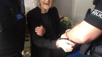 93-jarig omaatje wil weten hoe het voelt om stout te zijn en laat zich arresteren