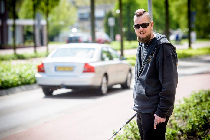 REUSEL - Verdwijnen verkeerslichten is een probleem voor mensen met een beperking, zoals de slechtziende Geert Vosters.
