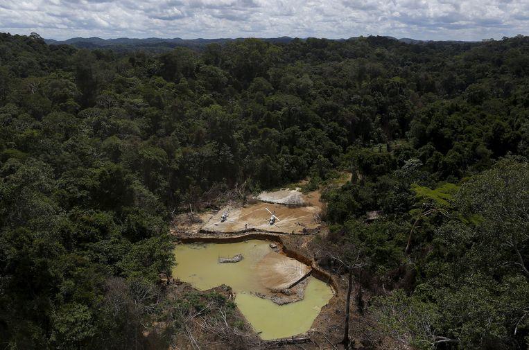 Een illegale goudmijn in het Amazonewoud.